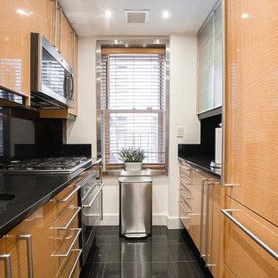 Geschlossene, Zweizeilige, Kleine Klassische Küche ohne Insel mit Unterbauwaschbecken, flächenbündigen Schrankfronten, hellen Holzschränken, Küchengeräten aus Edelstahl und schwarzem Boden in Sonstige