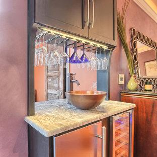 Стильный дизайн: большая угловая кухня в стиле современная классика с обеденным столом, раковиной в стиле кантри, фасадами с утопленной филенкой, темными деревянными фасадами, мраморной столешницей, разноцветным фартуком, фартуком из стеклянной плитки, техникой из нержавеющей стали, паркетным полом среднего тона и островом - последний тренд