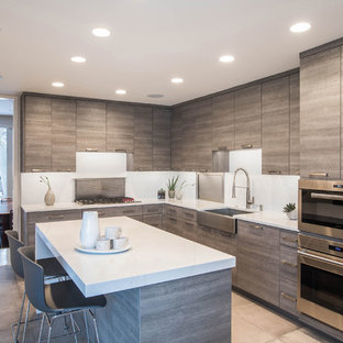 Esempio di una grande cucina a L minimal con lavello stile country, ante lisce, ante grigie, top in quarzo composito, paraspruzzi bianco, elettrodomestici in acciaio inossidabile, pavimento in cementine, isola, top bianco e pavimento grigio
