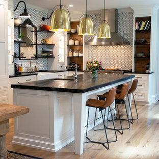 Удачное сочетание для дизайна помещения: угловая кухня в стиле фьюжн с столешницей из талькохлорита и черной столешницей - самое интересное для вас