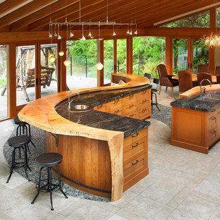 Imagen de cocina comedor rústica con puertas de armario de madera oscura, armarios estilo shaker y encimera de madera