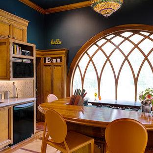 アトランタのヴィクトリアン調のおしゃれな独立型キッチン (木材カウンター、アンダーカウンターシンク、落し込みパネル扉のキャビネット、中間色木目調キャビネット、石タイルのキッチンパネル、黒い調理設備) の写真