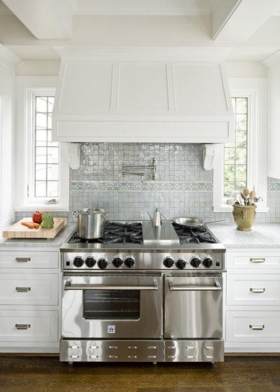 Классический Кухня by Jenny Baines, Jennifer Baines Interiors