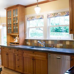 Esempio di una piccola cucina chic con lavello sottopiano, ante di vetro, ante in legno scuro, top in cemento, paraspruzzi multicolore, paraspruzzi con piastrelle in ceramica, elettrodomestici in acciaio inossidabile, pavimento in legno massello medio e nessuna isola