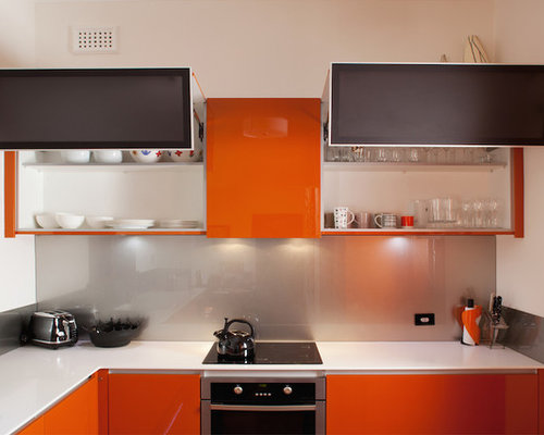 cuisine avec des portes de placard oranges et un garde manger photos et id es d co de cuisines. Black Bedroom Furniture Sets. Home Design Ideas