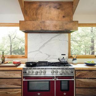 サンフランシスコのミッドセンチュリースタイルのおしゃれなキッチン (フラットパネル扉のキャビネット、中間色木目調キャビネット、木材カウンター、大理石のキッチンパネル、ベージュのキッチンカウンター) の写真