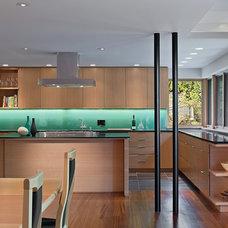 Modern Kitchen by Floisand Studio