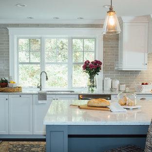 ボストンの広いトラディショナルスタイルのおしゃれなキッチン (ドロップインシンク、シェーカースタイル扉のキャビネット、グレーのキャビネット、クオーツストーンカウンター、グレーのキッチンパネル、セラミックタイルのキッチンパネル、シルバーの調理設備、濃色無垢フローリング、茶色い床) の写真