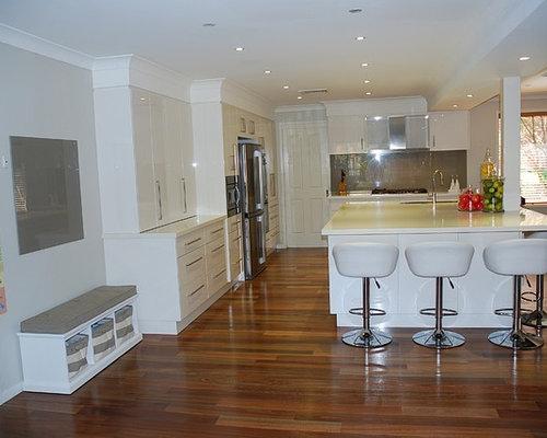 Cuisine moderne avec des portes de placard blanches - Placard cuisine moderne ...