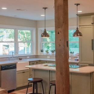 ボルチモアの広いエクレクティックスタイルのおしゃれなキッチン (エプロンフロントシンク、シェーカースタイル扉のキャビネット、緑のキャビネット、珪岩カウンター、パネルと同色の調理設備、無垢フローリング、赤い床) の写真