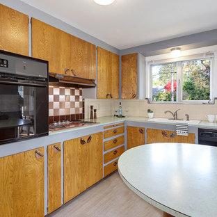 シアトルの小さいミッドセンチュリースタイルのおしゃれなキッチン (中間色木目調キャビネット、ラミネートカウンター、緑のキッチンカウンター) の写真