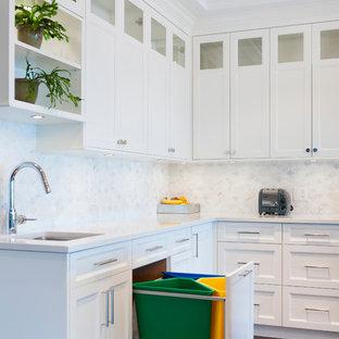 Offene, Geräumige Klassische Küche in L-Form mit Unterbauwaschbecken, Schrankfronten im Shaker-Stil, weißen Schränken, Marmor-Arbeitsplatte, Küchenrückwand in Weiß, Rückwand aus Steinfliesen, weißen Elektrogeräten, braunem Holzboden und Kücheninsel in Vancouver
