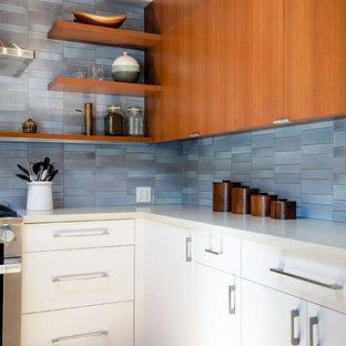 Esempio di una grande cucina moderna con lavello sottopiano, ante lisce, ante in legno scuro, top in quarzo composito, paraspruzzi blu, paraspruzzi con piastrelle in ceramica, elettrodomestici in acciaio inossidabile, parquet chiaro, un'isola e top grigio