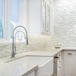 Idéer för att renovera ett mellanstort funkis kök, med en rustik diskho, skåp i shakerstil, vita skåp, bänkskiva i kvartsit, stänkskydd med metallisk yta, glaspanel som stänkskydd, rostfria vitvaror, mörkt trägolv och en köksö