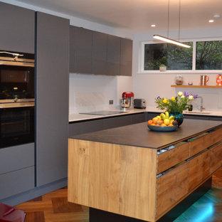 Ispirazione per una cucina scandinava di medie dimensioni con pavimento in legno massello medio, isola e pavimento viola