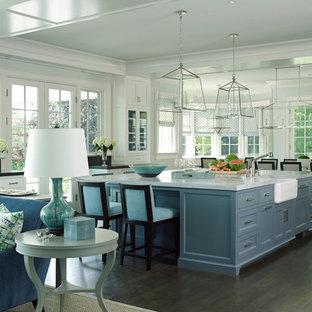 ニューヨークの大きいトラディショナルスタイルのおしゃれなキッチン (アンダーカウンターシンク、インセット扉のキャビネット、青いキャビネット、大理石カウンター、濃色無垢フローリング) の写真
