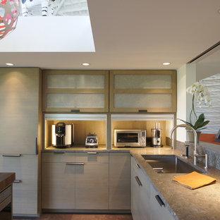 Idéer för att renovera ett mellanstort, avskilt funkis u-kök, med en enkel diskho, släta luckor, grå skåp, bänkskiva i kalksten, flerfärgad stänkskydd, stänkskydd i mosaik, integrerade vitvaror, korkgolv och en köksö