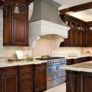 Inspiration för ett vintage kök, med en rustik diskho, skåp i mörkt trä, bänkskiva i onyx, beige stänkskydd, stänkskydd i stenkakel och rostfria vitvaror