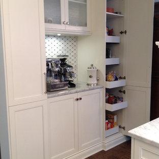 モントリオールの小さいトラディショナルスタイルのおしゃれなキッチン (エプロンフロントシンク、シェーカースタイル扉のキャビネット、白いキャビネット、大理石カウンター、白いキッチンパネル、モザイクタイルのキッチンパネル、リノリウムの床、アイランドなし) の写真