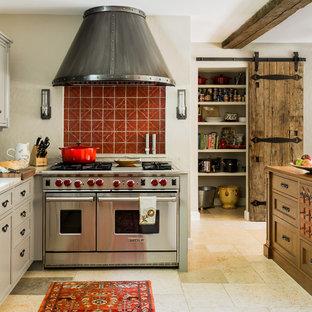 Mediterrane Küche mit Kassettenfronten, grauen Schränken, Marmor-Arbeitsplatte, Küchenrückwand in Rot, Rückwand aus Terrakottafliesen, Küchengeräten aus Edelstahl, Kalkstein und Kücheninsel in Boston