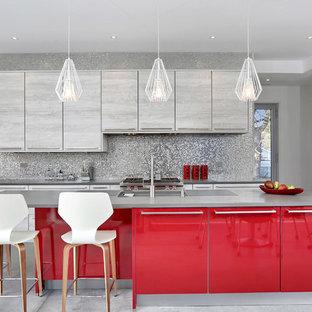 Mittelgroße Moderne Küche in L-Form mit flächenbündigen Schrankfronten, roten Schränken, Quarzit-Arbeitsplatte, Küchenrückwand in Grau, Rückwand aus Mosaikfliesen, Küchengeräten aus Edelstahl, Betonboden, Kücheninsel, grauem Boden und Unterbauwaschbecken in Sonstige