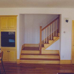 ボストンの大きいヴィクトリアン調のおしゃれなキッチン (ドロップインシンク、シェーカースタイル扉のキャビネット、淡色木目調キャビネット、御影石カウンター、グレーのキッチンパネル、黒い調理設備、淡色無垢フローリング) の写真