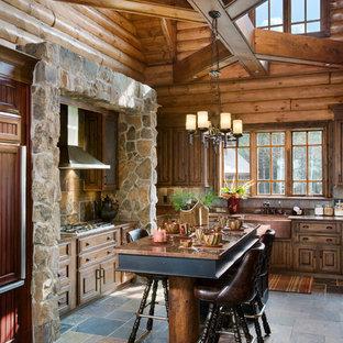 Удачное сочетание для дизайна помещения: кухня в стиле рустика с раковиной в стиле кантри, фасадами с выступающей филенкой, техникой под мебельный фасад, островом и фартуком из сланца - самое интересное для вас