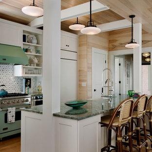 ポートランド(メイン)のビーチスタイルのおしゃれなキッチン (シェーカースタイル扉のキャビネット、白いキャビネット、御影石カウンター、カラー調理設備、白いキッチンパネル、アンダーカウンターシンク) の写真