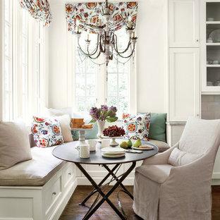 Неиссякаемый источник вдохновения для домашнего уюта: кухня в классическом стиле с фасадами с утопленной филенкой, белыми фасадами и серым фартуком