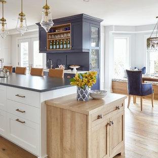 Неиссякаемый источник вдохновения для домашнего уюта: огромная п-образная кухня в стиле современная классика с обеденным столом, врезной раковиной, фасадами в стиле шейкер, синими фасадами, столешницей из кварцевого композита, техникой под мебельный фасад, светлым паркетным полом, островом, коричневым полом и синей столешницей