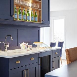 Geräumige Klassische Wohnküche in U-Form mit Unterbauwaschbecken, Schrankfronten im Shaker-Stil, blauen Schränken, Quarzwerkstein-Arbeitsplatte, Elektrogeräten mit Frontblende, hellem Holzboden, Kücheninsel, braunem Boden und blauer Arbeitsplatte in Toronto