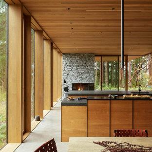 Zweizeilige, Große Moderne Küche mit flächenbündigen Schrankfronten, Granit-Arbeitsplatte, Betonboden, zwei Kücheninseln, schwarzer Arbeitsplatte und Holzdecke in Seattle