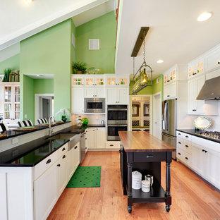 Idéer för ett stort maritimt kök, med en rustik diskho, luckor med infälld panel, vita skåp, vitt stänkskydd, stänkskydd i tunnelbanekakel och flera köksöar