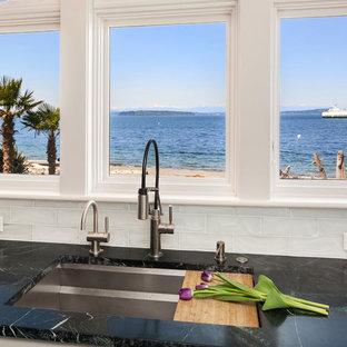 Idée de décoration pour une grande cuisine ouverte marine avec un évier encastré, un placard à porte shaker, un plan de travail en stéatite, une crédence en carreau de verre, un électroménager en acier inoxydable, un sol en ardoise, un îlot central, un sol vert et un plan de travail vert.