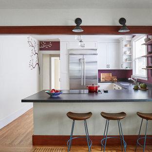 サンフランシスコの中くらいのアジアンスタイルのおしゃれなキッチン (アンダーカウンターシンク、シェーカースタイル扉のキャビネット、白いキャビネット、シルバーの調理設備、無垢フローリング、茶色い床、グレーのキッチンカウンター、ソープストーンカウンター) の写真