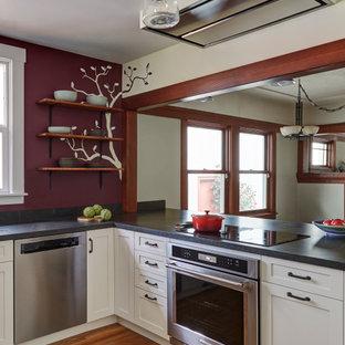 サンフランシスコの中くらいのアジアンスタイルのおしゃれなキッチン (アンダーカウンターシンク、シェーカースタイル扉のキャビネット、白いキャビネット、ソープストーンカウンター、シルバーの調理設備、無垢フローリング、茶色い床、グレーのキッチンカウンター) の写真