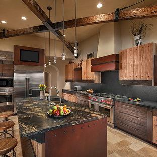 Idéer för ett avskilt, stort amerikanskt l-kök, med släta luckor, skåp i mellenmörkt trä, grått stänkskydd, rostfria vitvaror, en rustik diskho, bänkskiva i kvarts, stänkskydd i sten, travertin golv, en köksö och beiget golv