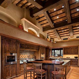 Modelo de cocina de estilo americano con salpicadero de azulejos de cemento, una isla, puertas de armario de madera en tonos medios, salpicadero multicolor, suelo de baldosas de terracota y suelo naranja