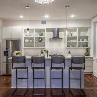 アトランタの小さいII型トランジショナルスタイルのダイニングキッチンの画像 (ダブルシンク、シェーカースタイル扉のキャビネット、白いキャビネット、クオーツストーンカウンター、白いキッチンパネル、サブウェイタイルのキッチンパネル、シルバーの調理設備、無垢フローリング、アイランド1つ、茶色い床)