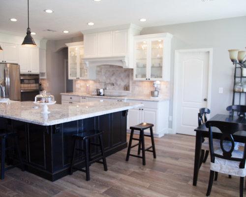 cuisine ouverte campagne avec une cr dence en travertin photos et id es d co de cuisines ouvertes. Black Bedroom Furniture Sets. Home Design Ideas