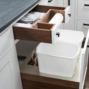 ニューヨークの広いトランジショナルスタイルのおしゃれなキッチン (シェーカースタイル扉のキャビネット、白いキャビネット、石スラブのキッチンパネル、シルバーの調理設備、無垢フローリング、アンダーカウンターシンク) の写真
