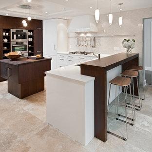 Exempel på ett mellanstort modernt kök, med en dubbel diskho, släta luckor, vita skåp, träbänkskiva, beige stänkskydd, integrerade vitvaror, travertin golv, en köksö och beiget golv