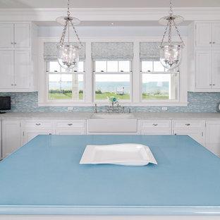 Immagine di una cucina classica con top blu