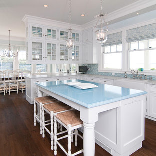 Ejemplo de cocina clásica con armarios con paneles empotrados, fregadero sobremueble y encimeras azules