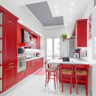 Esempio di una cucina eclettica di medie dimensioni con ante con riquadro incassato, ante rosse, paraspruzzi bianco, elettrodomestici in acciaio inossidabile e pavimento in gres porcellanato