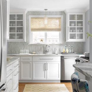 Maritime Küche mit Unterbauwaschbecken, Schrankfronten im Shaker-Stil, weißen Schränken, Küchenrückwand in Grau, Küchengeräten aus Edelstahl, braunem Holzboden, Marmor-Arbeitsplatte und Rückwand aus Stäbchenfliesen in St. Louis