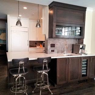 ニューヨークの中サイズのトランジショナルスタイルのおしゃれなキッチン (アンダーカウンターシンク、落し込みパネル扉のキャビネット、濃色木目調キャビネット、マルチカラーのキッチンパネル、石スラブのキッチンパネル、シルバーの調理設備の、濃色無垢フローリング、亜鉛製カウンター) の写真