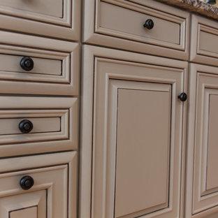 Geräumige Klassische Wohnküche in U-Form mit Unterbauwaschbecken, profilierten Schrankfronten, beigen Schränken, Granit-Arbeitsplatte, Küchenrückwand in Beige, Rückwand aus Terrakottafliesen, Elektrogeräten mit Frontblende, hellem Holzboden und Kücheninsel in New York