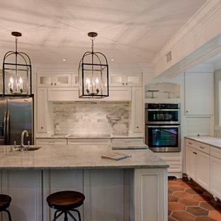 マイアミの中くらいのトランジショナルスタイルのおしゃれなキッチン (アンダーカウンターシンク、インセット扉のキャビネット、白いキャビネット、御影石カウンター、グレーのキッチンパネル、大理石のキッチンパネル、シルバーの調理設備、テラコッタタイルの床、赤い床、グレーのキッチンカウンター) の写真