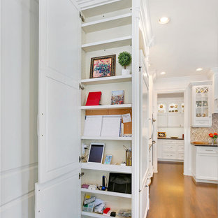Idéer för att renovera ett mellanstort vintage kök, med en rustik diskho, luckor med infälld panel, vita skåp, rostfria vitvaror, plywoodgolv och en köksö